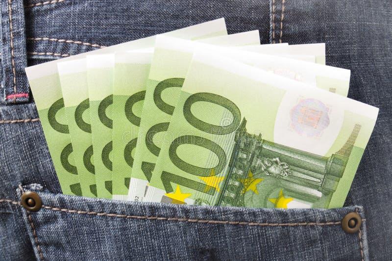 Dinero euro en bolsillo de los pantalones vaqueros fotografía de archivo