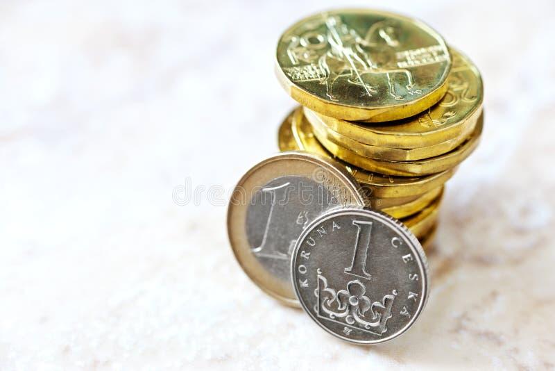 Dinero euro y checo de la corona - tipo de cambio  fotografía de archivo