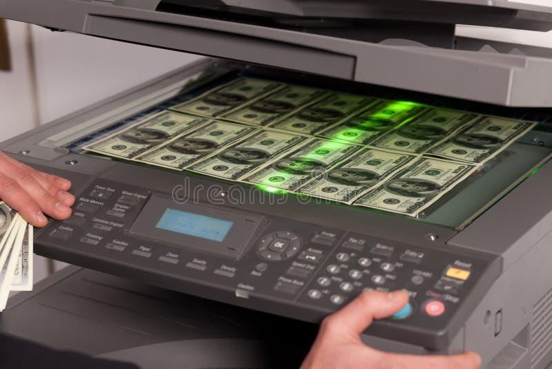 Dinero falso en la máquina de la copia en oficina imagenes de archivo