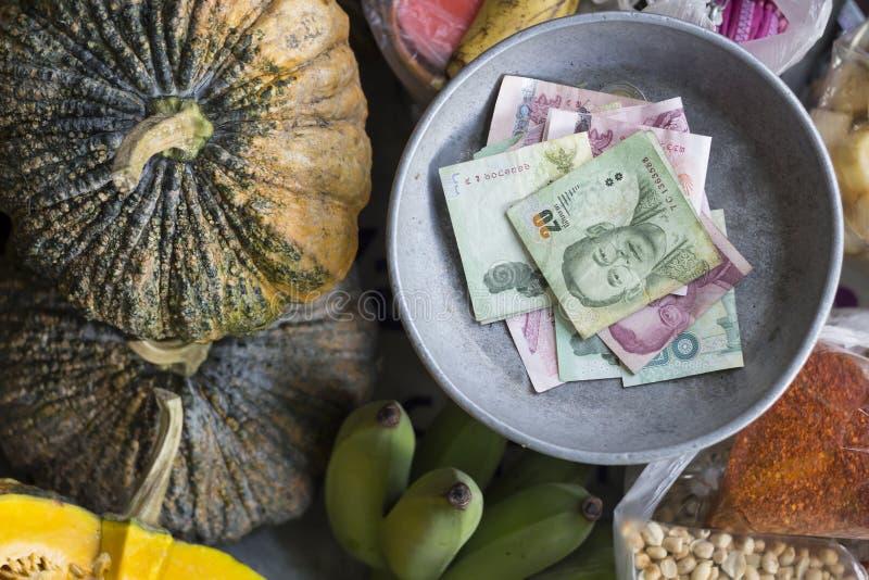 Dinero flotante de los comerciantes del mercado foto de archivo libre de regalías