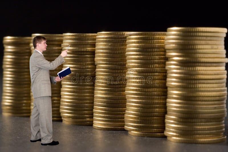 Dinero joven de la cuenta del hombre de negocios fotografía de archivo