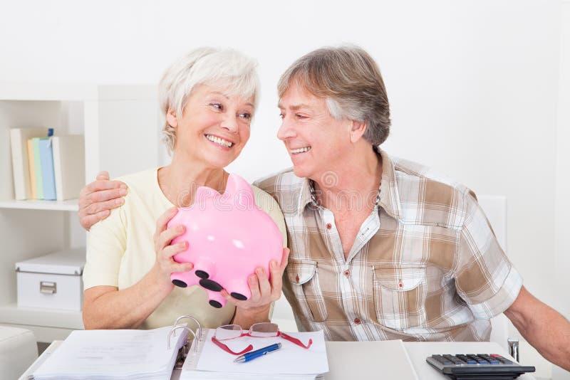 Dinero mayor del ahorro de los pares foto de archivo libre de regalías