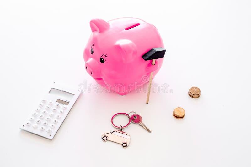 Dinero para el coche de la compra Moneybox en la forma del cerdo cerca del llavero en la forma del coche, monedas, calculadora en fotografía de archivo