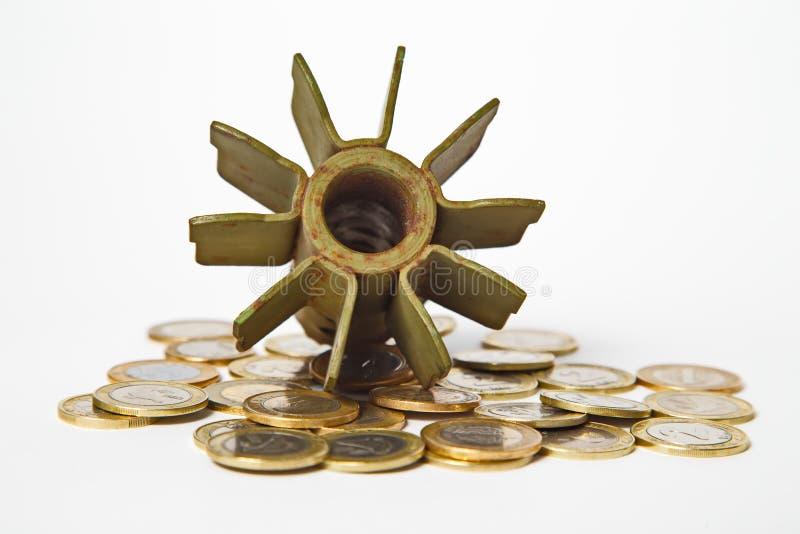 Dinero para el concepto de la guerra, la artillería estallada y las monedas imágenes de archivo libres de regalías