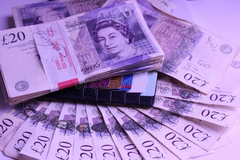 Dinero para pasar 1000pounds en monedero con viaje de la renta de las tarjetas de banco fotos de archivo libres de regalías