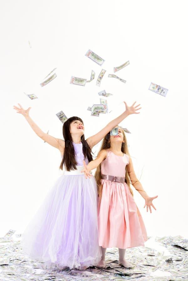 Dinero, pequeños niños de las muchachas, valores familiares, ahorros, finanzas fotografía de archivo