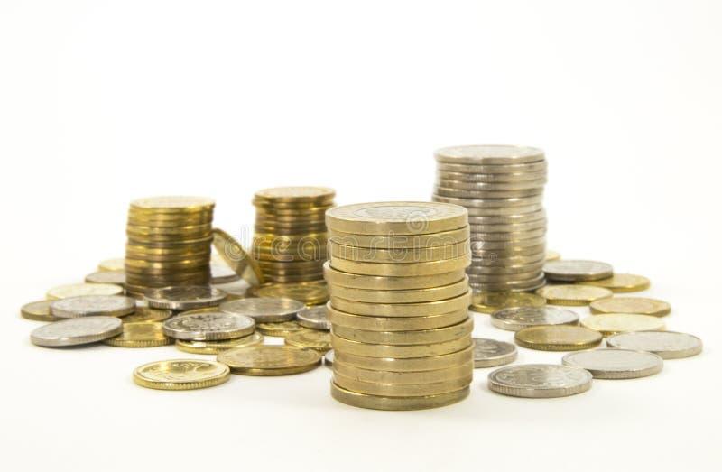 Dinero, pila de monedas en el fondo blanco Concepto del dinero del ahorro Asunto cada vez mayor Confianza en el futuro fotografía de archivo libre de regalías