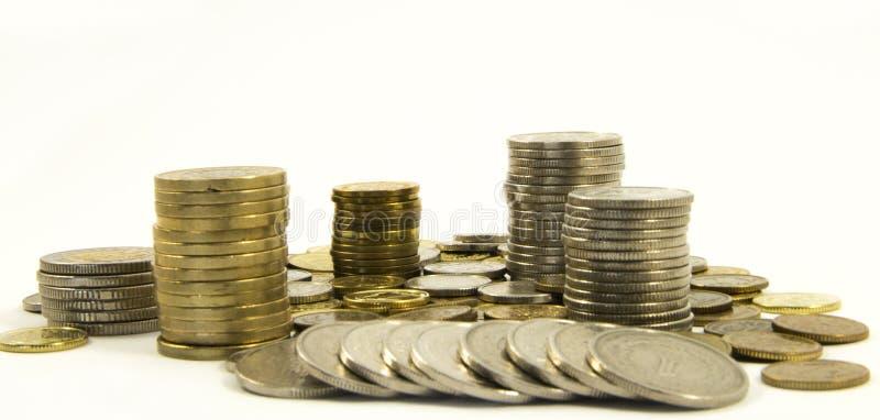 Dinero Pila de monedas en el fondo blanco Concepto del dinero del ahorro Asunto cada vez mayor Confianza en el futuro imagenes de archivo