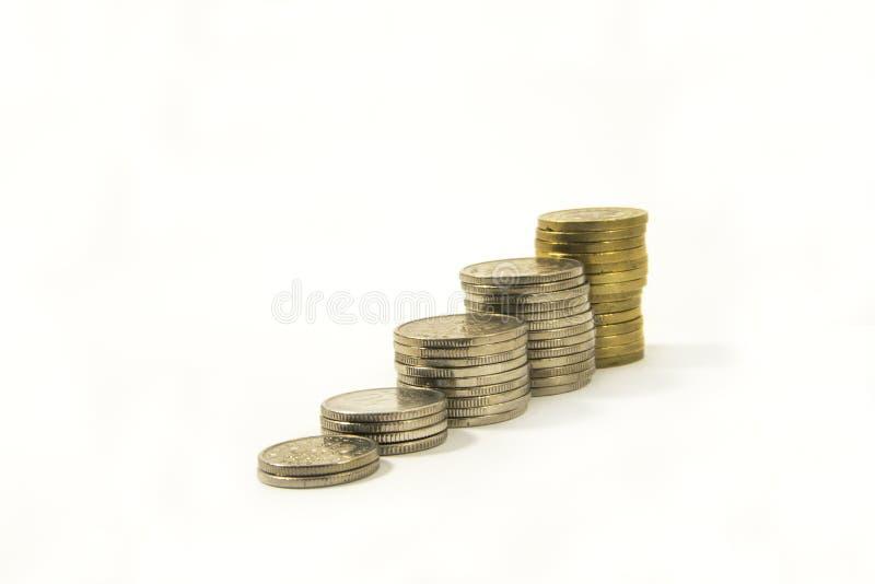Dinero Pila de monedas en el fondo blanco Concepto del dinero del ahorro Asunto cada vez mayor Confianza en el futuro foto de archivo libre de regalías