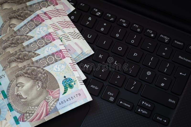 Dinero polaco, billetes de banco con la denominación más alta del zlotych 500 que miente en un teclado de ordenador imagenes de archivo