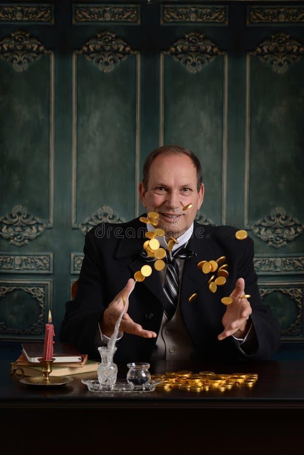 Dinero que lanza victoriano del hombre de negocios del avaro en el aire imagen de archivo