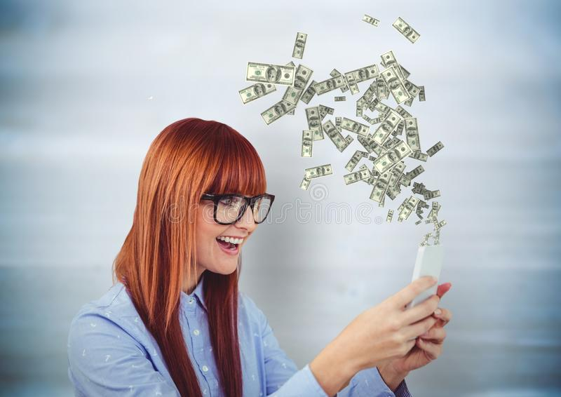 dinero que manda un SMS Mujer joven del inconformista con el teléfono Dinero que sube del teléfono imagenes de archivo