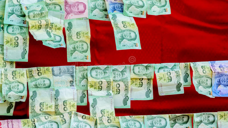 Dinero que ofrece en el carril en templo budista fotografía de archivo libre de regalías
