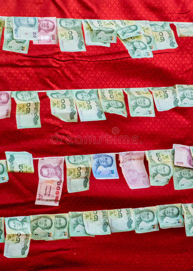 Dinero que ofrece en el carril en templo budista foto de archivo libre de regalías