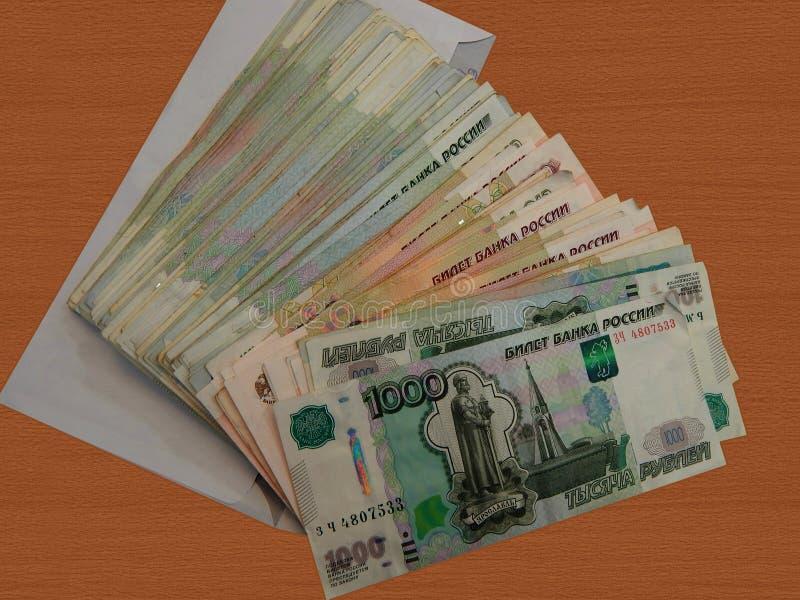 Dinero ruso en un sobre foto de archivo