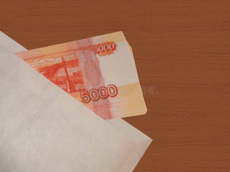 Dinero ruso en un sobre imagen de archivo libre de regalías