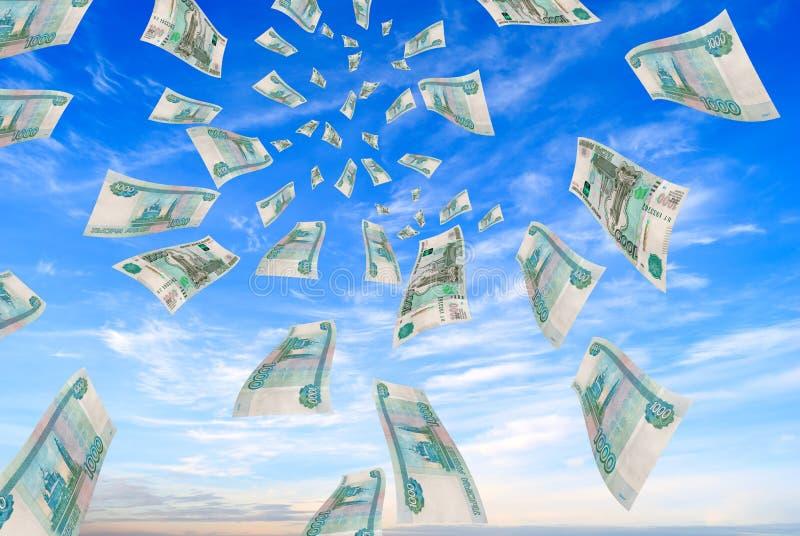 Dinero ruso - rublos en el vuelo del cielo. foto de archivo libre de regalías