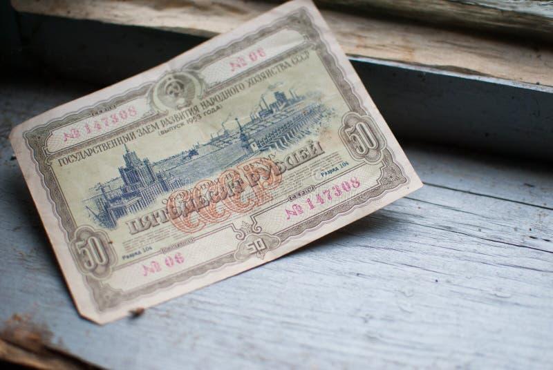 Dinero viejo en el alféizar imagen de archivo libre de regalías