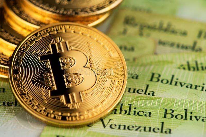 Dinero virtual bitcoin con dinero de Venezuela billetes Bolívar imagenes de archivo