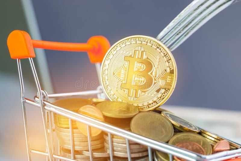 Dinero virtual de Bitcoin Digital en el carro de la compra de las monedas con la bifurcaci?n dura Concepto de crisis del sistema  imagenes de archivo