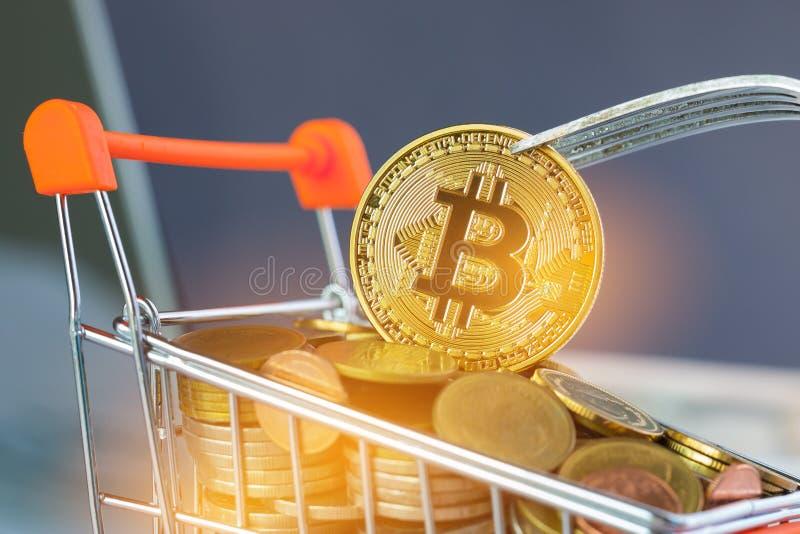 Dinero virtual de Bitcoin Digital en el carro de la compra de las monedas con la bifurcaci?n dura Concepto de crisis del sistema  fotos de archivo