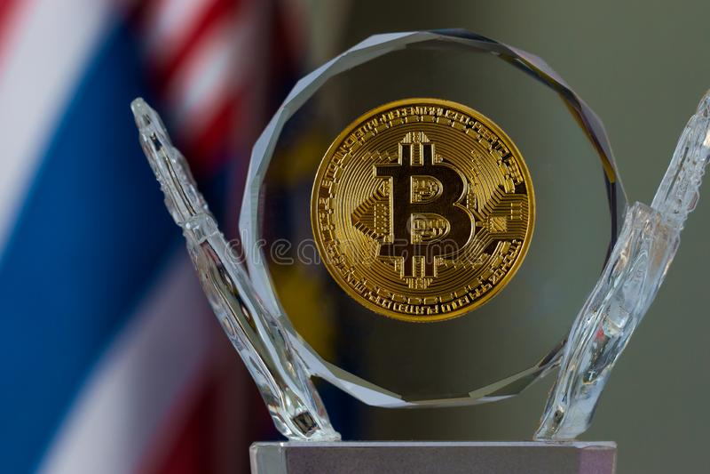Dinero virtual de Bitcoin Digital en los trofeos de cristal con el fondo de la bandera, ?xito de los mercados virtuales de invers fotos de archivo libres de regalías