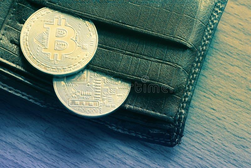 Dinero virtual de la moneda de oro de Bitcoin en cartera en el de madera foto de archivo libre de regalías