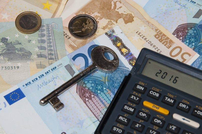 Dinero y calculadora y llave en el año 2016 foto de archivo libre de regalías