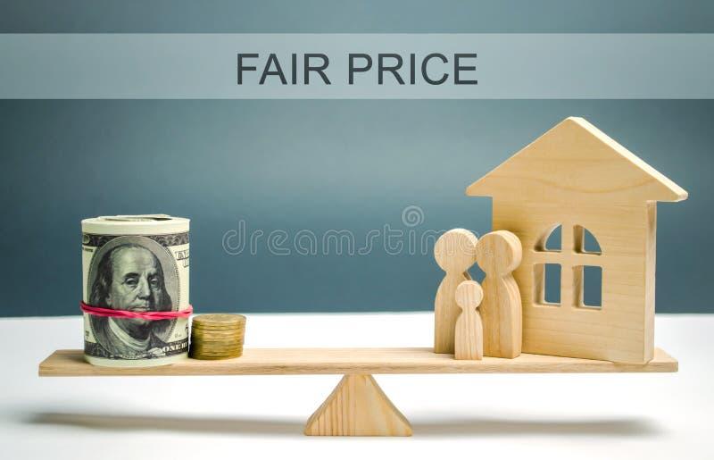 Dinero y familia con una casa en las escalas con el precio justo de la inscripción Evaluaci?n de la propiedad Valoraci?n casera V imágenes de archivo libres de regalías