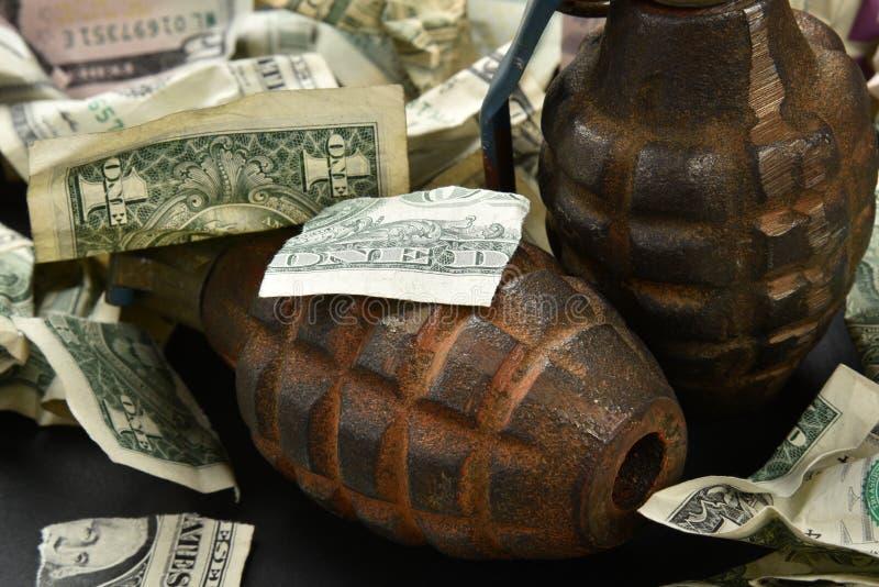 Dinero y granadas fotografía de archivo libre de regalías