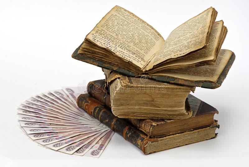 Dinero y libros foto de archivo libre de regalías