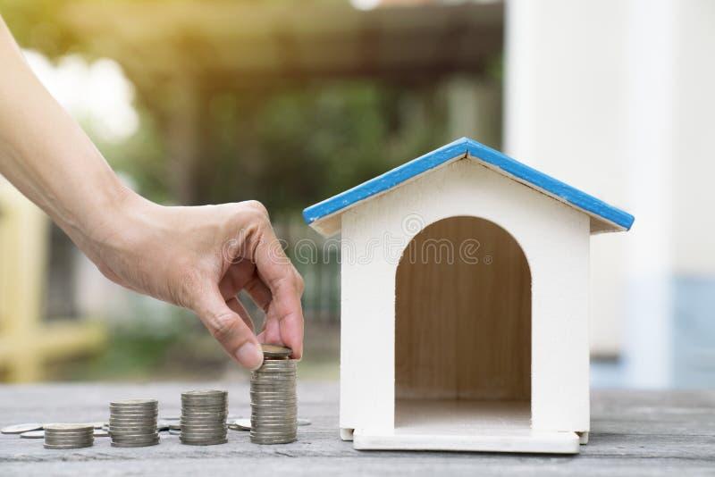 Dinero y presupuesto del ahorro a comprar para poseer la casa imagen de archivo libre de regalías