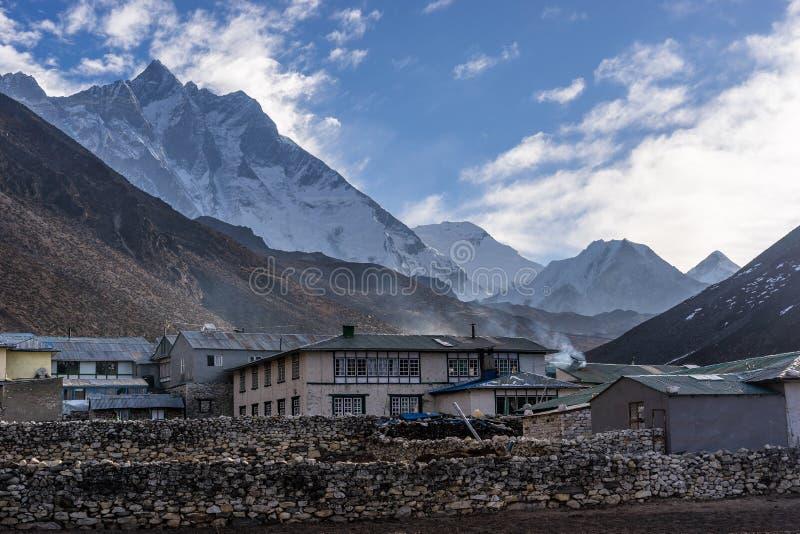 Dingboche村庄在一个早晨有洛子峰山背景, 免版税库存图片