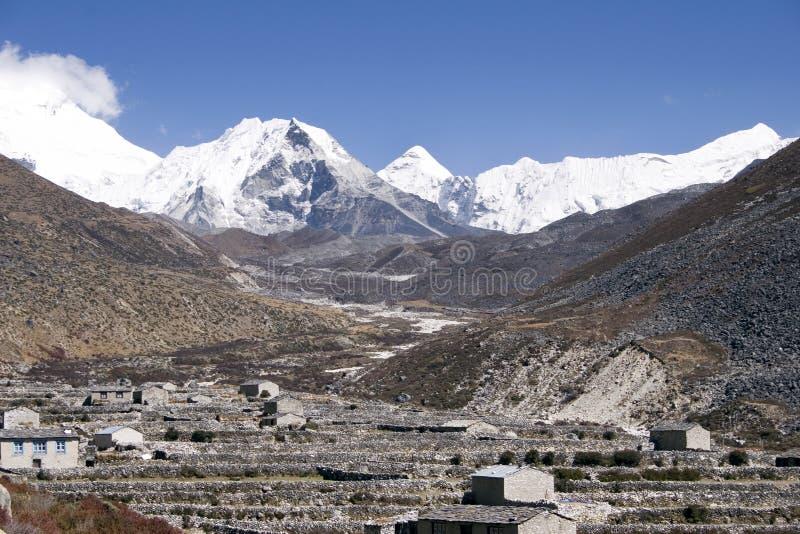 Dingboche y pico de la isla - Nepal imagenes de archivo
