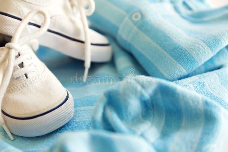 Dingen voor weinig jongen, reeks kleren, bodysuit en leuke schoenen stock foto