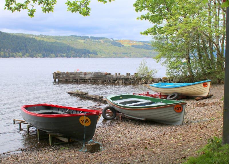 Dinghies na brzeg jezioro fotografia stock