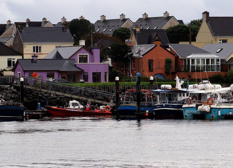 Dingle Irland med hamnen och fartyg fotografering för bildbyråer