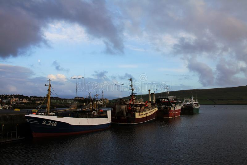 Dinglehamn med fiskebåtar royaltyfri foto