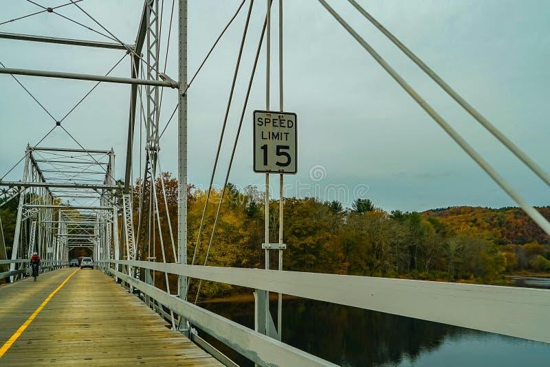 Dingmans färjabro över Delawaret River i de Poconos bergen som förbinder staterna av Pennsylvania och nytt - ärmlös tröja, USA arkivfoton