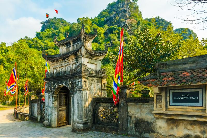 Dinh连队Hoang国王comples的主要寺庙门, Hoa Lu, Ninh Binh,越南 库存照片