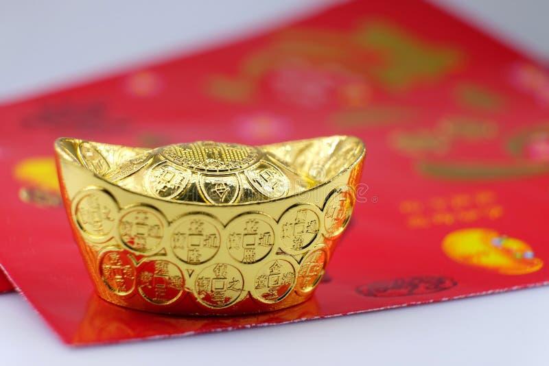 Dinheiro afortunado do ouro e do pacote vermelho imagens de stock