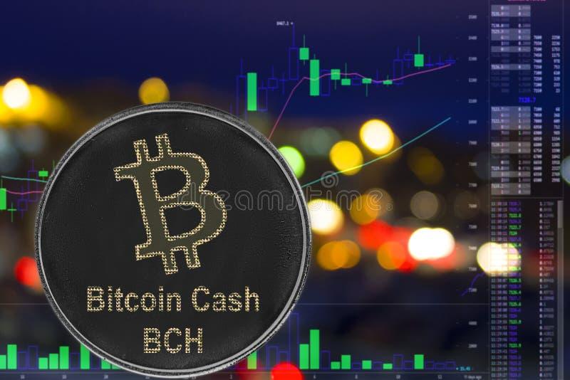 Dinheiro BCH do bitcoin do cryptocurrency da moeda no fundo e na carta da cidade da noite foto de stock