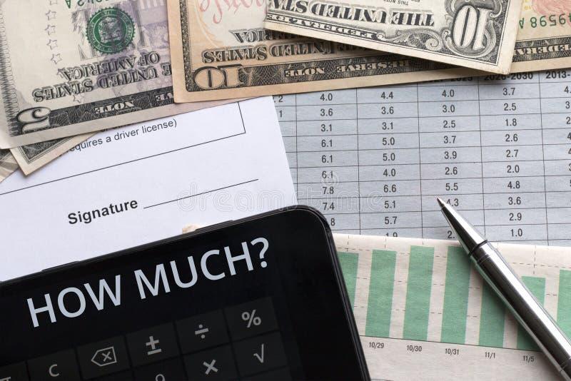 Dinheiro, calculadora e documento com lugar para a assinatura Objetivos, foto de stock royalty free