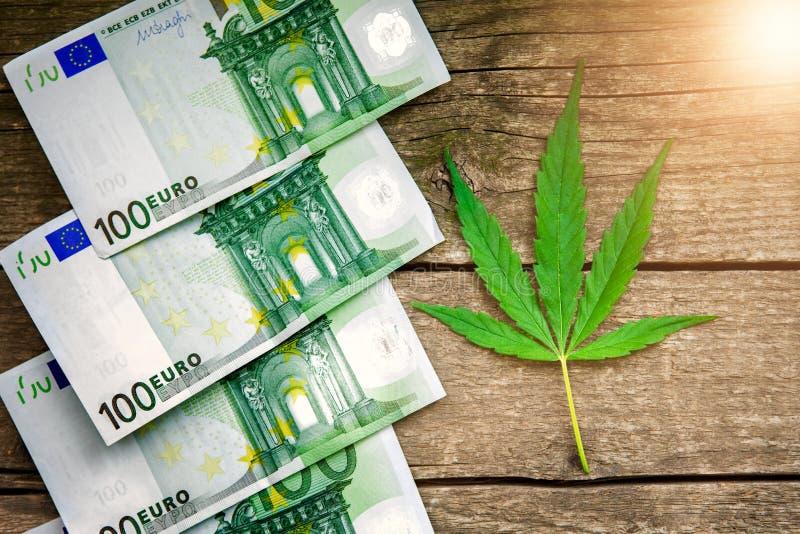 Dinheiro com folha da marijuana fotos de stock