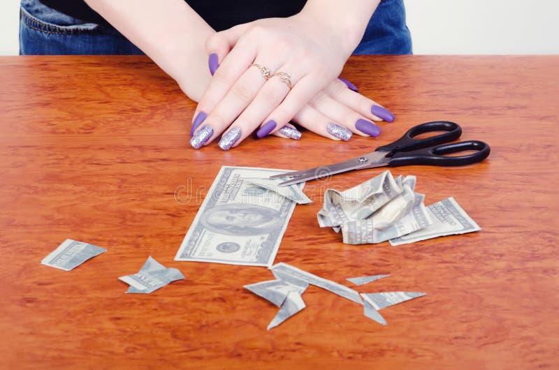 Dinheiro cortado com tesouras imagens de stock royalty free