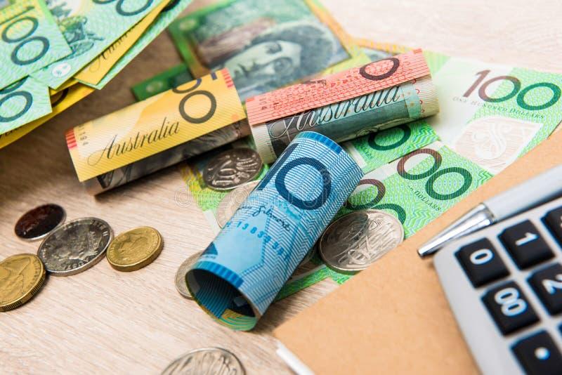 Dinheiro, dólares australianos do AUD, com caderno e calculadora sobre fotografia de stock