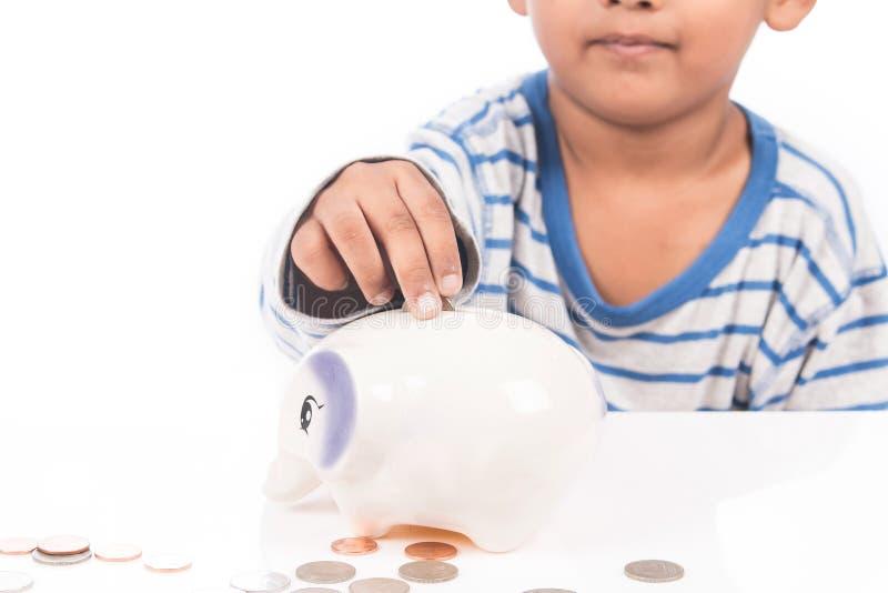 dinheiro da economia do menino no mealheiro imagem de stock royalty free
