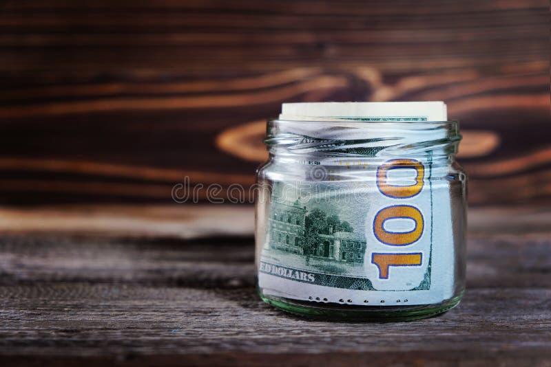 Dinheiro da economia no frasco com dólares americanos, dinheiro imagem de stock