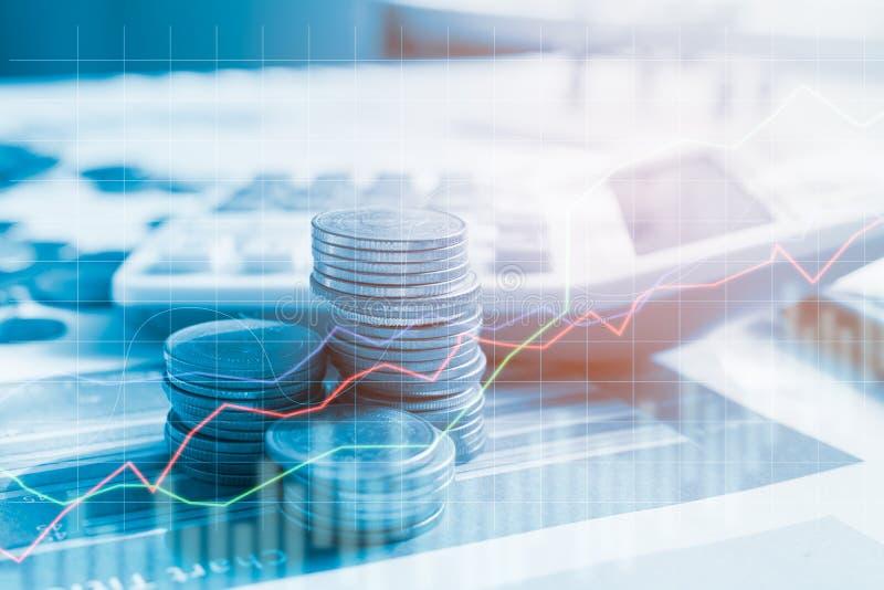 Dinheiro da moeda da pilha com finança e operação bancária do relatório com gráfico de lucro do estoque fotos de stock royalty free