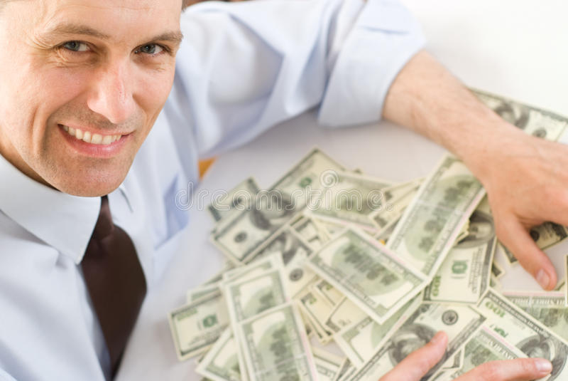 Dinheiro da terra arrendada do homem novo fotografia de stock royalty free